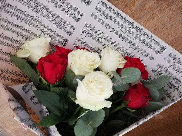 bouquet-roses-rouges-et-blanches-livraison-le-mans
